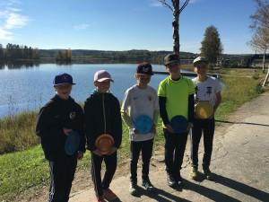 MJ3-sarjan osallistujat, voittajan on hyvä hymyillä keskellä - kuva Suomen Frisbeegolfliiton http://frisbeegolfliitto.fi/2016/09/19/amatoorien-ja-junioreiden-mestarit-2016/ - jutusta